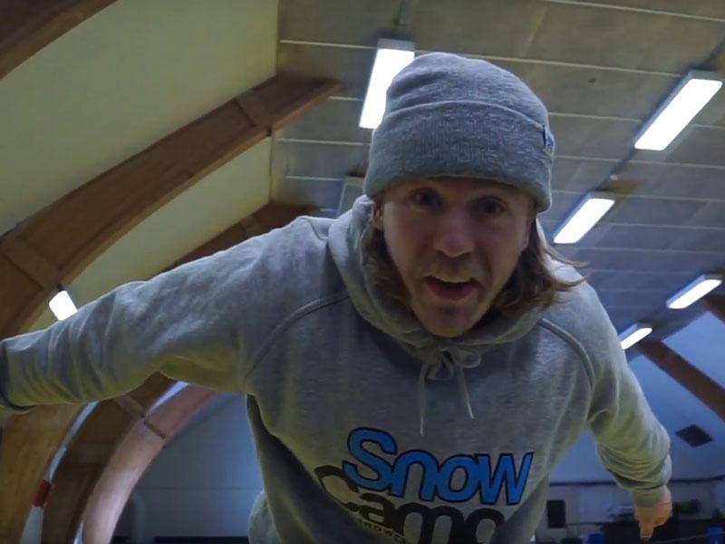 Gustav från Snow Camp hoppar studsmatta
