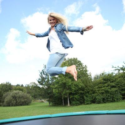 Glad hoppen på trampolin
