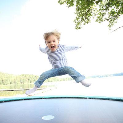 Lille pige hopper på trampolin
